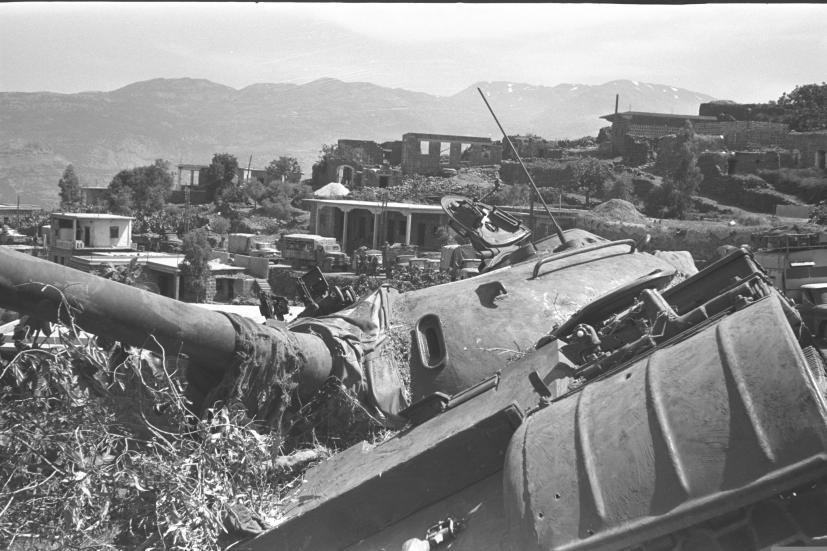 טנק סורי שהתהפך קלות לצד הדרך בזעורה