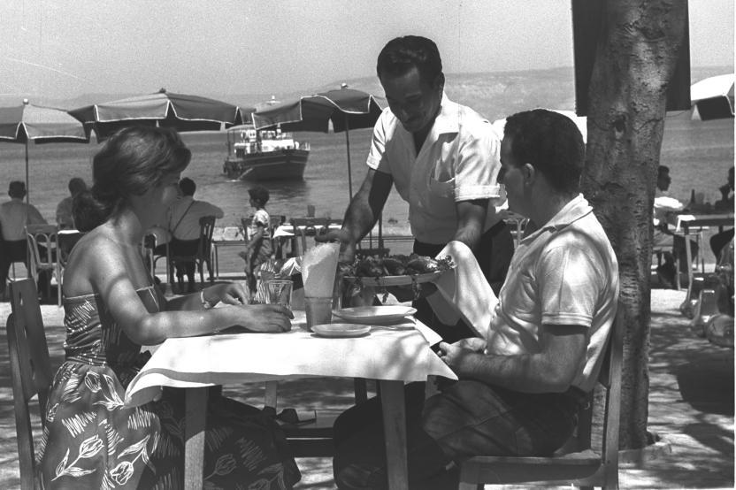 """מסעדת דגים בחוף טבריה בשנות ה-60 [צילום: פריץ כהן, לע""""מ]"""